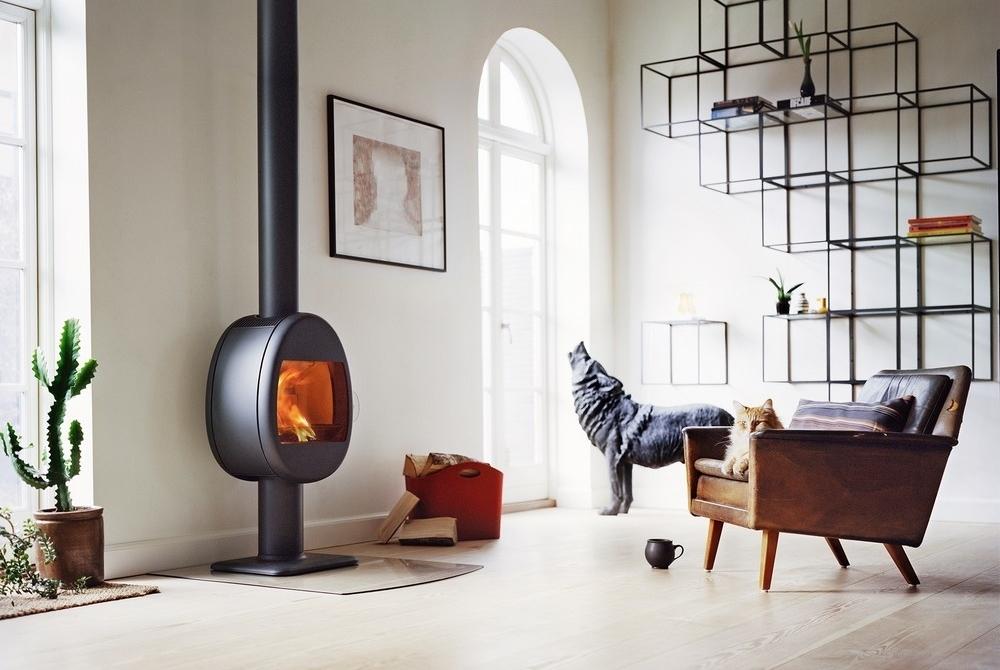 Stapel hout in het interieur of opslag van brandhout voor de open